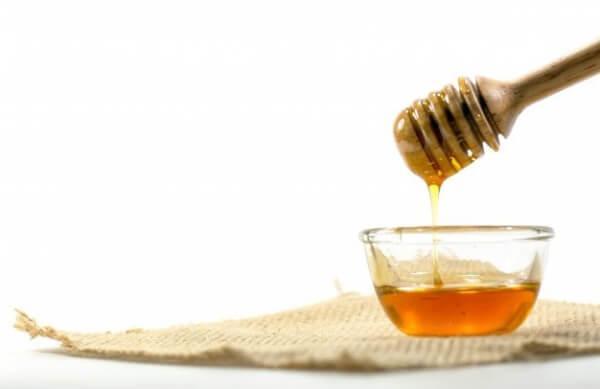 cuidado de manos quemadas por el sol con miel