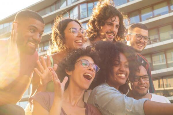 Socializar te ayudará a sentirte mejor y por lo tanto a mejorar tu estado de ánimo y que estés más activa y vital