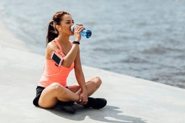 Bebe agua, estar hidratada te ayudará a combatir el cansancio y la apatía