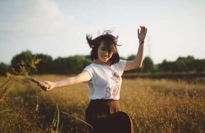 mantente feliz, te ayudará a reducir tu grasa corporal