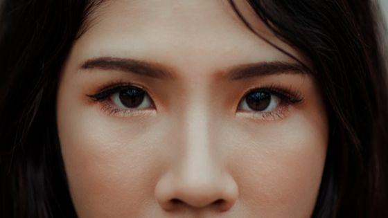 puedes depilar tus cejas con una forma recta