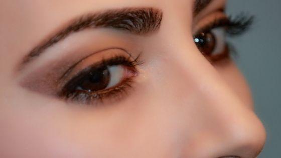 Debes depilar tus cejas con forma arqueada si tienes un rostro redondo