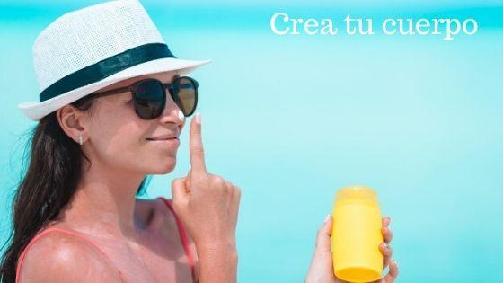 Chica aplicándose protector solar para estar más guapa sin maquillaje