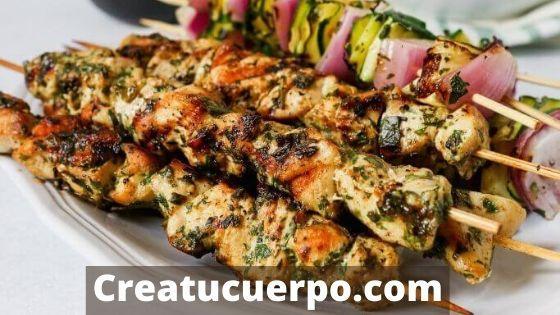 brochetas de pollo, una de las cenas saludables mejores que puedes preparar