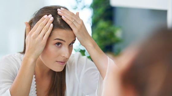 ¿Qué produce el exceso de grasa en el cuero cabelludo?
