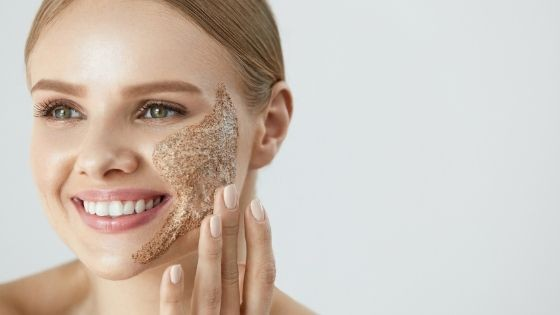 ¿Qé es exfoliar la piel y cómo se hace?