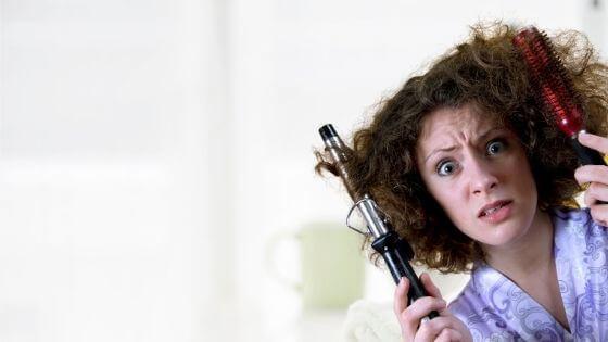 ¿Qué causa el frizz en el cabello?