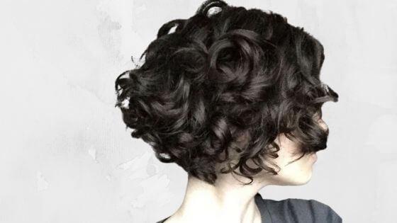 corte pixie asimétrico para cabello rizado