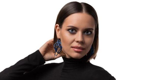 ¿Qué ropa queda mejor con pelo corto en una mujer?
