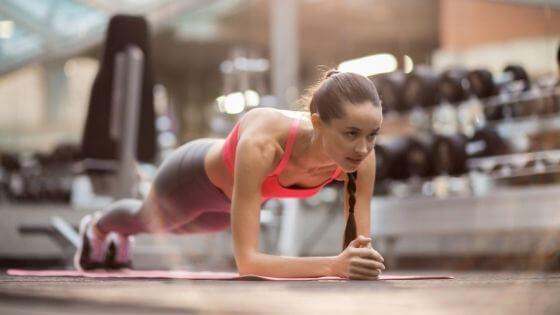 Plancha abdominal, ejercicio fundamental en toda rutina de chicas principiantes