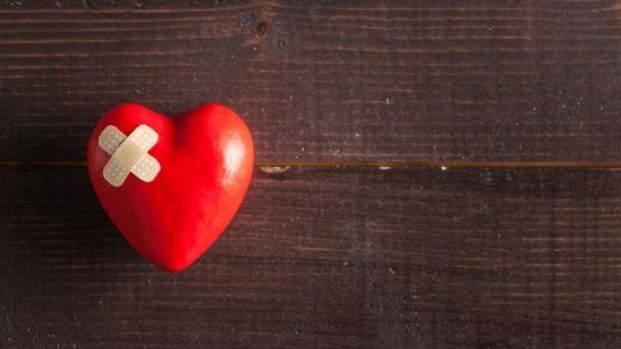 Corazón herido al intentar olvidar a alguien