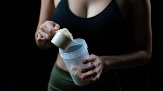 Mujer preparando creatina
