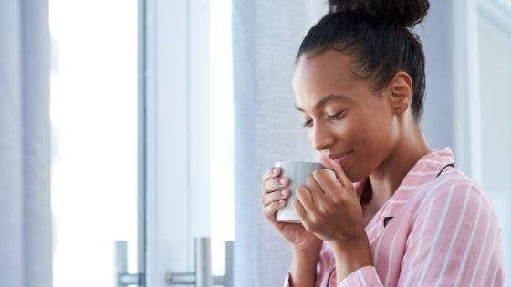 Chica entrenando su sentido olfatorio