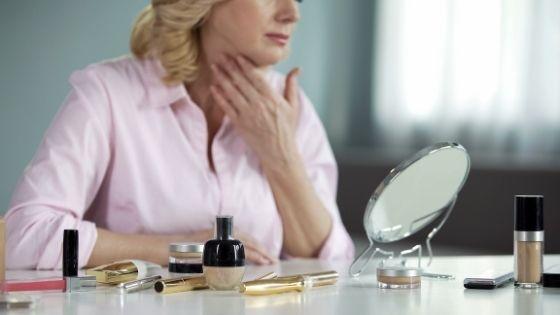 Mujer tocándose la piel flácida