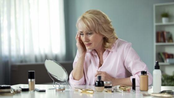 Mujer buscando remedios para la piel flácida