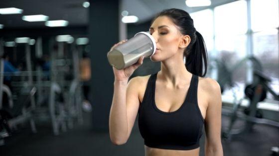 chica bebiendo batido de proteínas