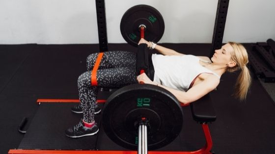 Chica haciendo hip thrust